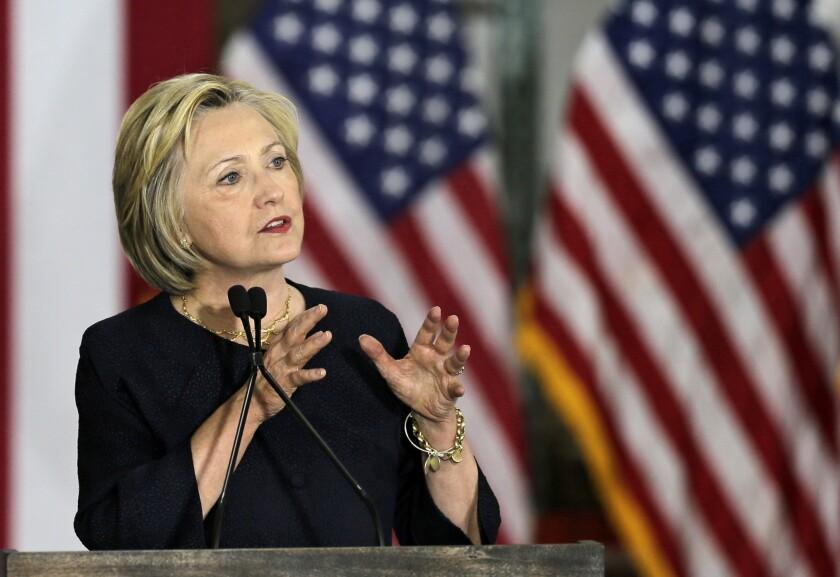 La aspirante demócrata a la Casa Blanca, Hillary Clinton, pronuncia un discurso en el Centro de Innovación Industrial Cleveland en Cleveland, el lunes 13 de junio de 2016. (AP Foto/Tony Dejak)