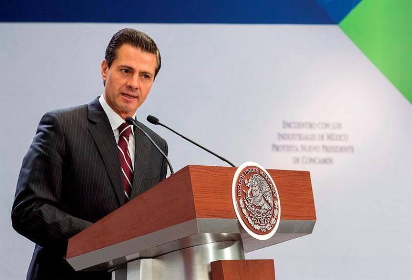 Fotografía cedida por la Presidencia de la República que muestra al presidente de México, Enrique Peña Nieto, durante un acto protocolario en la residencia oficial de Los Pinos, en Ciudad de México (México). EFE/Presidencia de México/SOLO USO EDITORIAL