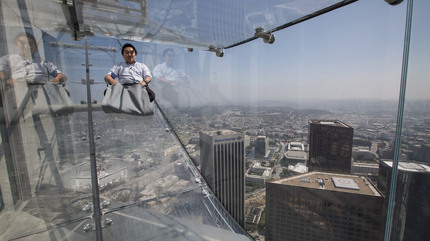 Rode Design Bank.Ride The U S Bank Tower S Glass Skyslide With 70 Floors Of