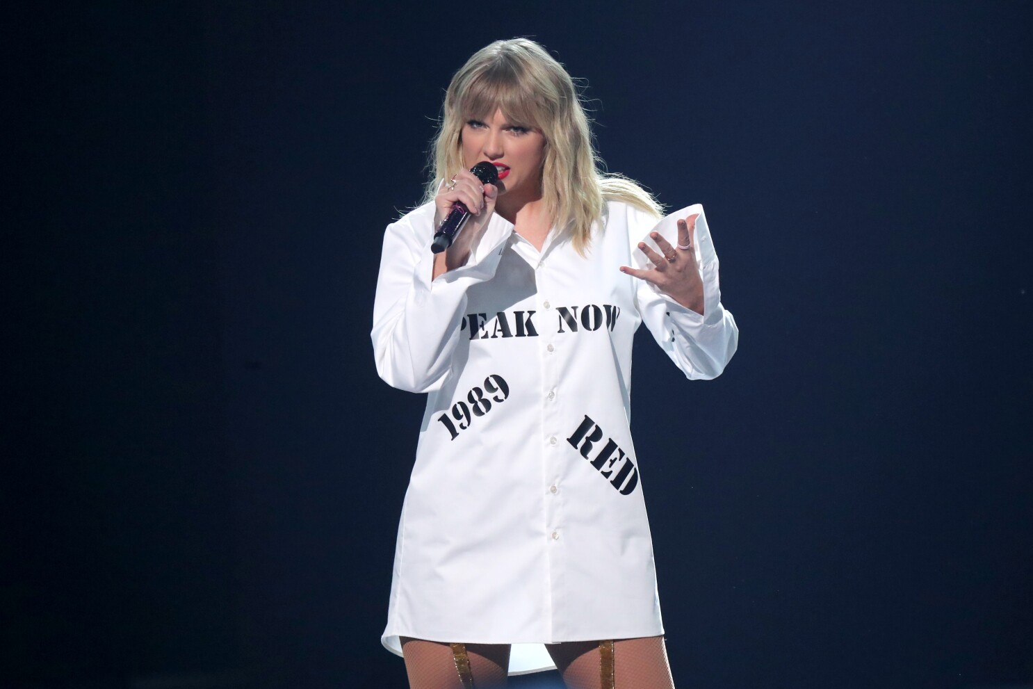 Taylor Swift Takes Another Swipe At Big Machine With New Shirt Los Angeles Times