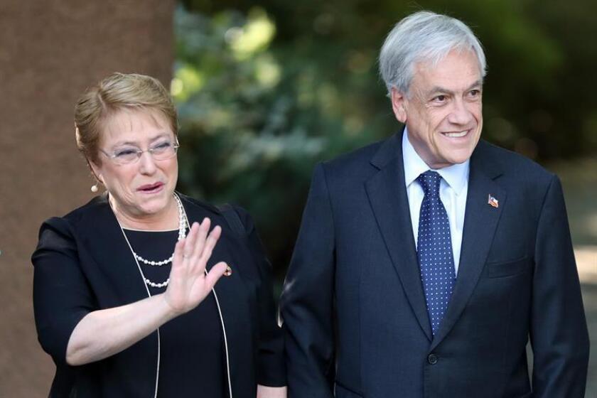 La presidenta de Chile, Michelle Bachelet (i), visita hoy, lunes 18 de diciembre de 2017, la casa del ganador de las presidenciales de este domingo, Sebastián Piñera (d), para compartir un desayuno y abordar lo que será el traspaso de mando en marzo del 2018, en Santiago (Chile). EFE/ARCHIVO