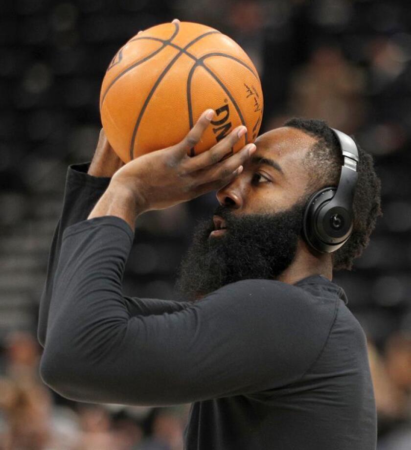 James Harden de Rockets calienta antes del juego ante Jazz hoy, jueves 07 de diciembre de 2017, en el Energy Solutions Arena en Salt Lake City, Utah (EE.UU.). EFE