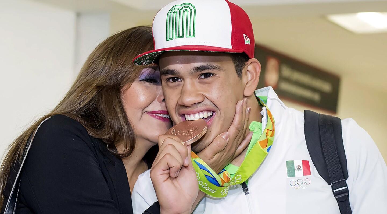 Con la medalla de bronce y junto a su madre, el boxeador Misael Rodríguez llegó a México tras competir en Río 2016.