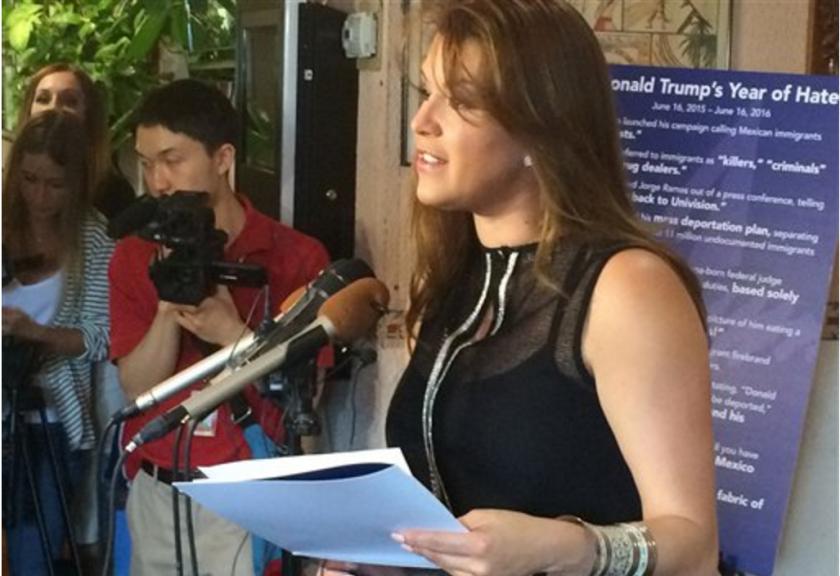 La ex Miss Universo Alicia Machado habla en una conferencia de prensa en un restautante latino en Arlington, Virginia, para criticar al candidato presidencial republicano Donald Trump, el miércoles 15 de junio del 2016. (AP Foto/Luis Alonso Lugo)