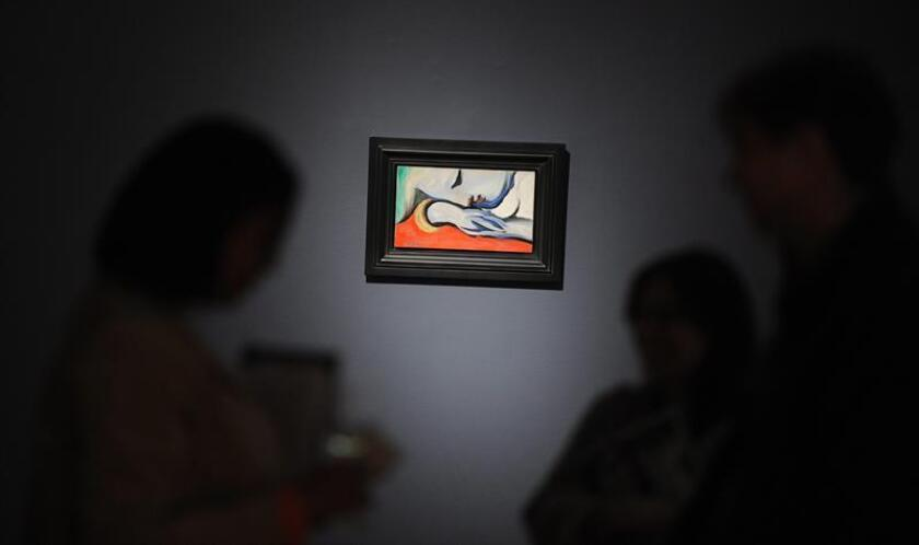 """Un hombre observa la pintura """"Le Repos"""", de Pablo Picasso. EFE/Archivo"""