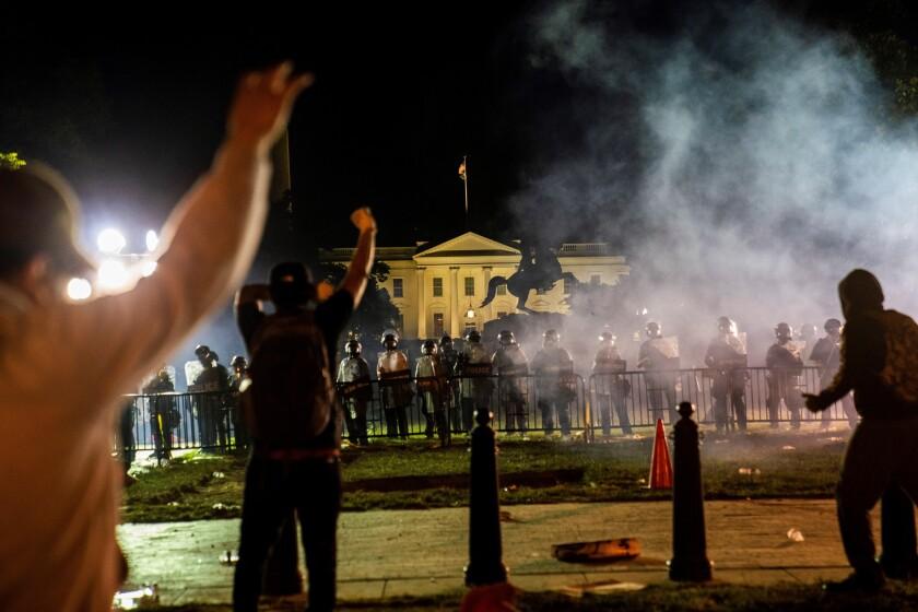 Manifestantes se enfrentan a la policía fuera de la Casa Blanca durante una manifestación por la muerte de George Floyd, que murió bajo custodia policial, en Washington, DC, EUA, el 31 de mayo de 2020.