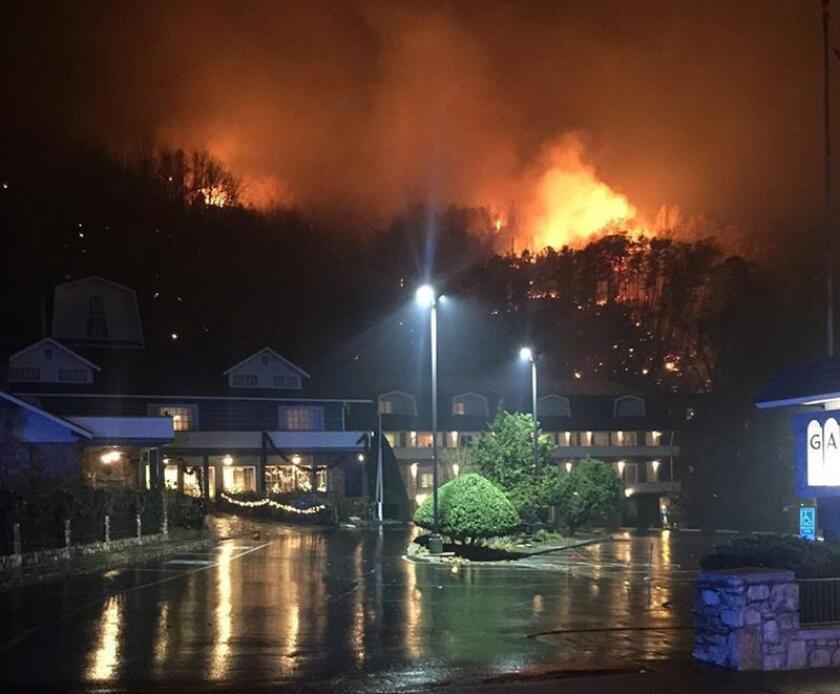 Al menos siete personas han muerto en el incendio provocado que arrasa desde el lunes un parque nacional del estado de Tennessee y dos pueblos cercanos, con 14.500 evacuados, 400 edificios destruidos y 6.000 hectáreas quemadas. EFE/THP/SOLO USO EDITORIAL/NO VENTAS