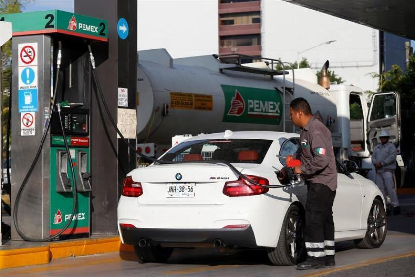 Trabajadores de Pemex surten combustible hoy en una gasolinera de la ciudad de Guadalajara, estado de Jalisco (México). EFE/Archivo