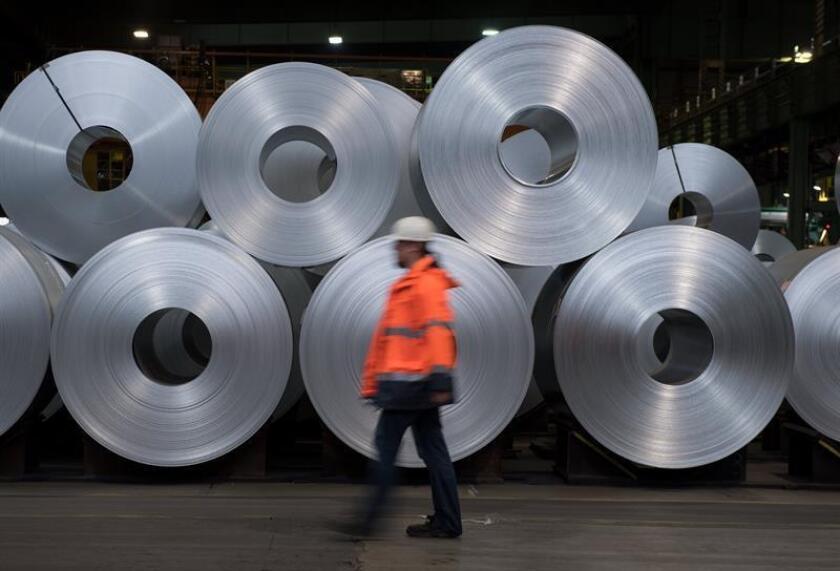El presidente, Donald Trump, anunció la imposición de aranceles del 25 % a las importaciones de acero y del 10 % para las de aluminio, aunque eximió temporalmente a una serie de socios comerciales, entre ellos los miembros de la Unión Europea. EFE/Archivo