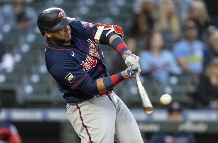 Nelson Cruz, de los Mellizos de Minnesota, conecta un jonrón de tres carreras ante el abridor de los Marineros de Seattle, Justus Sheffield, en el quinto inning del juego de la MLB que enfrentó a ambos equipos, el 16 de junio de 2021, en Seattle. (AP Foto/Stephen Brashear)
