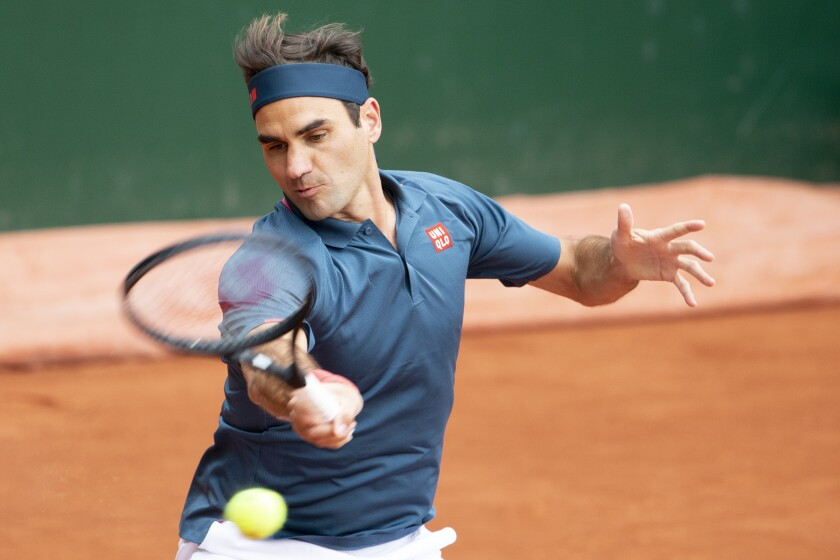 Roger Federer devuelve durante el partido contra Pablo Andújar por el Abierto de Ginebra, el martes 18 de mayo de 2021. (Salvatore Di Nolfi/Keystone vía AP)