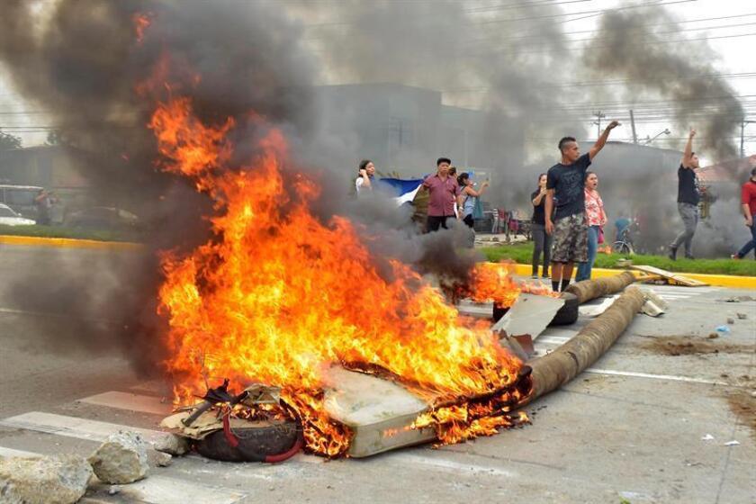 """El canciller de El Salvador, Hugo Martínez, pidió hoy """"calma"""" para afrontar la crisis política que vive Honduras, país que sufre graves protestas callejeras por las denuncias de fraude en el recuento de las elecciones presidenciales celebradas el pasado 26 de noviembre. EFE/ARCHIVO"""