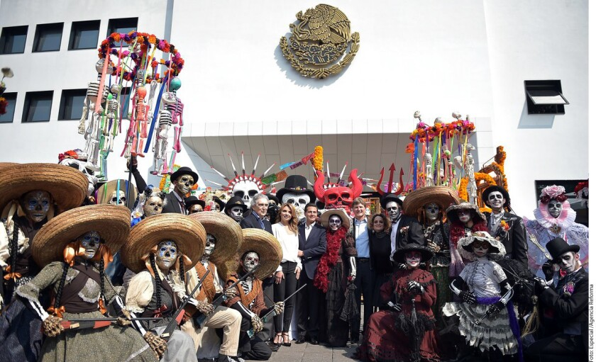 El presidente de México, Enrique Peña Nieto, recibió hoy a varios voluntarios que participaron en el desfile conmemorativo del Día de Muertos de la Ciudad de México, informó la oficina presidencial en un comunicado.