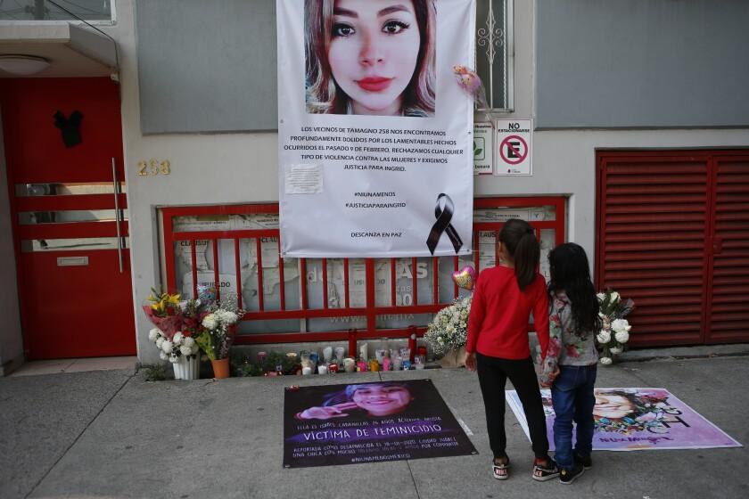 Dos niñas tomadas de la mano observan un altar improvisado en memoria de Ingrid Escamilla en la Ciudad de México, el sábado 15 de febrero de 2020. Las manifestaciones contra la violencia de género tuvieron lugar el sábado después del vicioso asesinato de Ingrid Escamilla por su novio la semana pasada. En México un promedio de 10 mujeres son asesinadas cada día.