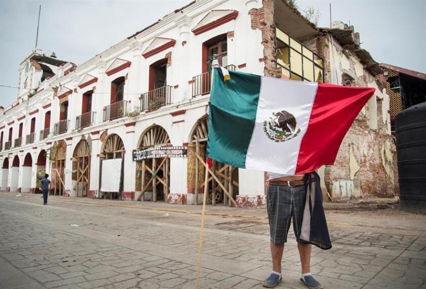 Vista general del palacio municipal de Juachitán, colapsado por el terremoto del 7 de septiembre de 2017 hoy, viernes 7 de septiembre de 2018, en Juachitán, en el estado de Oaxaca (México). EFE