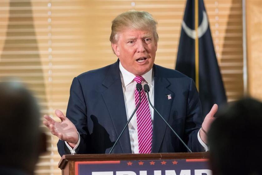 """El candidato republicano a la presidencia de Estados Unidos, Donald Trump, visto hoy lunes 15 de febrero de 2016, durante una rueda de prensa en Hanahan City Hall, en Hanahan, Carolina del Sur. Trump se refirió a su contendor, el senador republicano de Texas Ted Cruz, como el """"político más deshonesto que ha conocido"""". Las primarias republicanas de Carolina del Sur se realizarán el 20 de febrero de 2016. EFE/RICHARD ELLIS"""