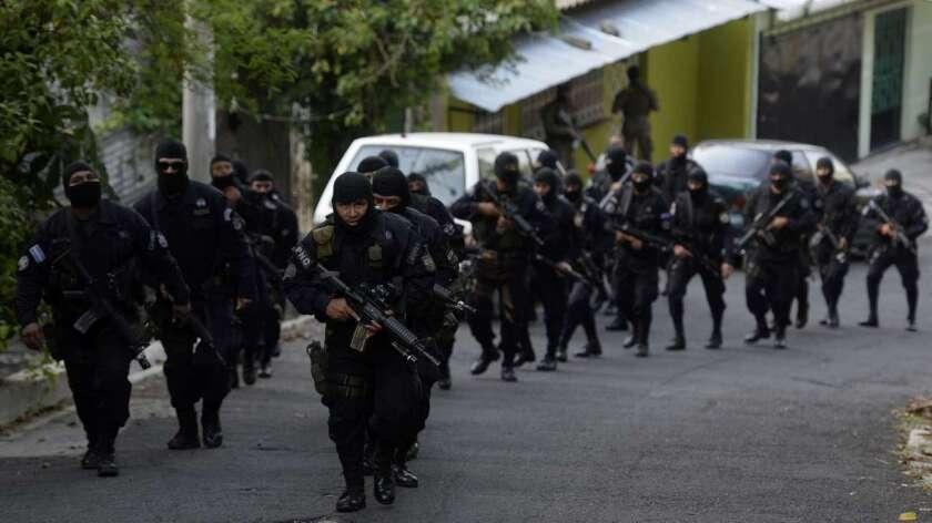 Foto de archivo de operativos de la policía salvadoreña