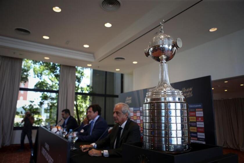 Registro del trofeo de la Copa Libertadores, durante una rueda de prensa previa al primer partido de la final del torneo 2018, que disputarán este sábado los más tradicionales clubes de fútbol argentino -River Plate y Boca Juniors-, en Buenos Aires (Argentina). EFE