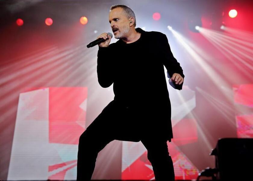 """En la imagen un registro del cantante español Miguel Bosé, durante un concierto de """"Estaré Gira 2017"""", en Bogotá (Colombia). EFE/Archivo"""