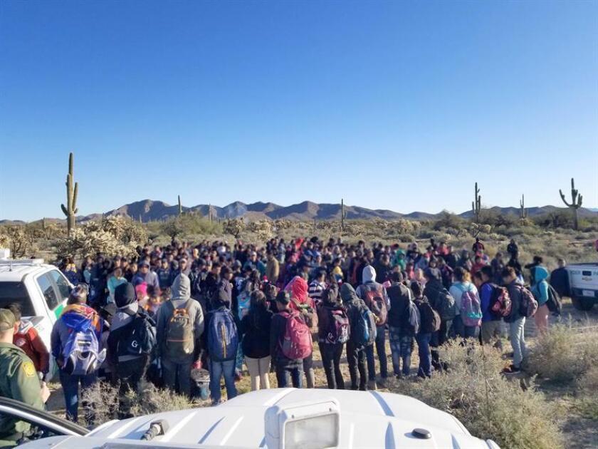 Fotografía cedida por la Patrulla Fronteriza (CBP) donde aparece un grupo de 325 indocumentados centroamericanos, entre ellos 150 menores de edad, que fueron detenidos por la Patrulla Fronteriza del sector Tucson tras ingresar de manera ilegal en el país, informó hoy la agencia federal. EFE/SOLO USO EDITORIAL