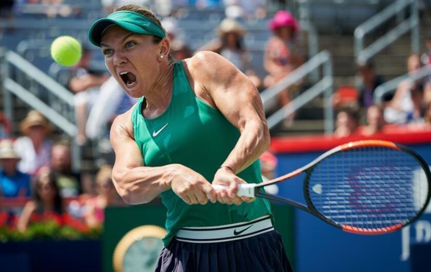 La tenista rumana Simona Halep en acción ante la rusa Anastasia Pavlyuchenkova durante un partido del Masters de Canadá hoy, jueves 9 de agosto de 2018, en Montreal (Canadá). EFE