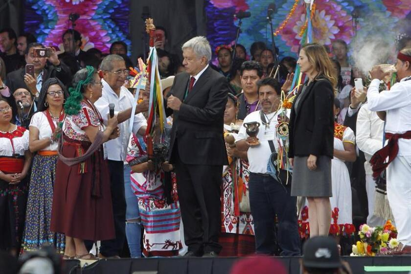 El presidente de México, Andrés Manuel López Obrador, recibe el Bastón de Mando por parte de los representantes de los pueblos indígenas de México hoy, en Ciudad de México (México). EFE