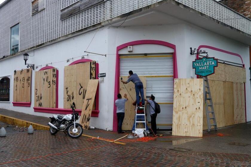 Habitantes de Puerto Vallarta protegen sus negocios ante la llegada del huracán Willa, en el estado de Jalisco (México) hoy, martes 23 de octubre de 2018. EFE