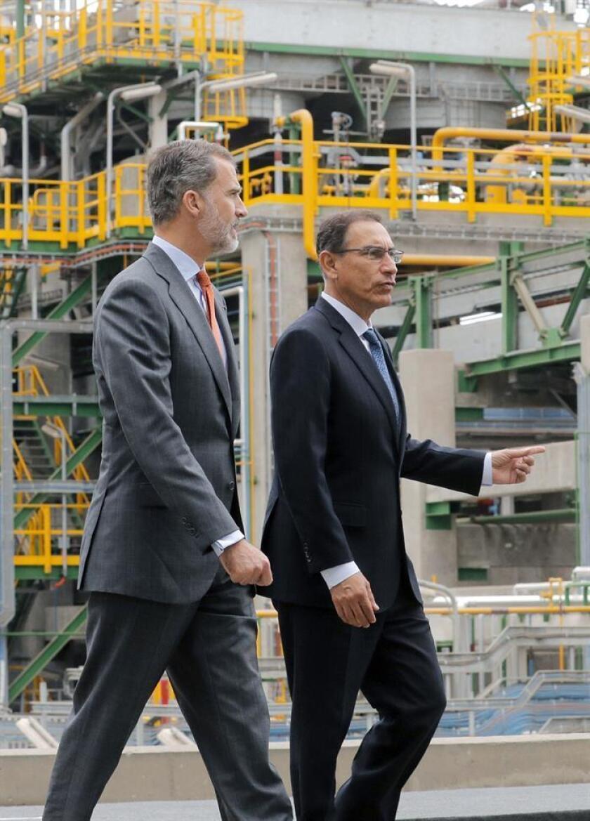 Spain's King Felipe VI (l) and Peruvian President Martin Vizcarra (r) at the inauguration of Spanish firm Repsol's low-sulfur gasoline production unit at the La Pampilla refinery, in Ventanilla, Peru, 14 November 2018. EFE-EPA/Lavandeira Jr
