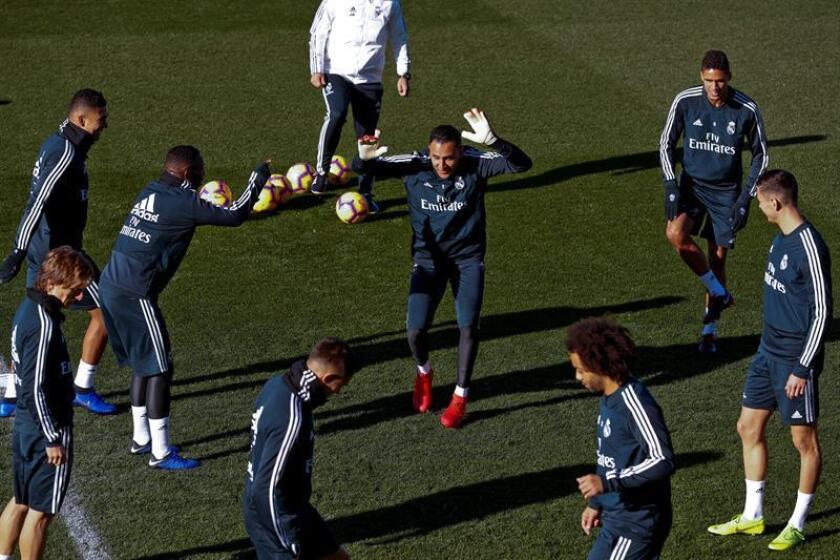 El portero costarricense del Real Madrid Keylor Navas (c), junto a varios compañeros durante el entrenamiento realizado hoy en la Ciudad Deportiva de Valdebebas, para preparar el partido de la décima sexta jornada de Liga de Primera División que el conjunto blanco disputa mañana ante el Rayo Vallecano en el Santiago Bernabéu. EFE