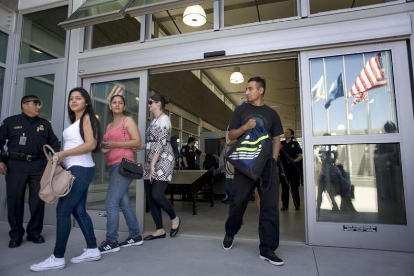 El desequilibrio entre el costo de la vivienda y los ingresos en la zona de San Diego, en el sur de California, ha hecho que algunas familias hispanas se muden a México, aunque esto signifique cruzar la frontera todos los días. EFE/Archivo