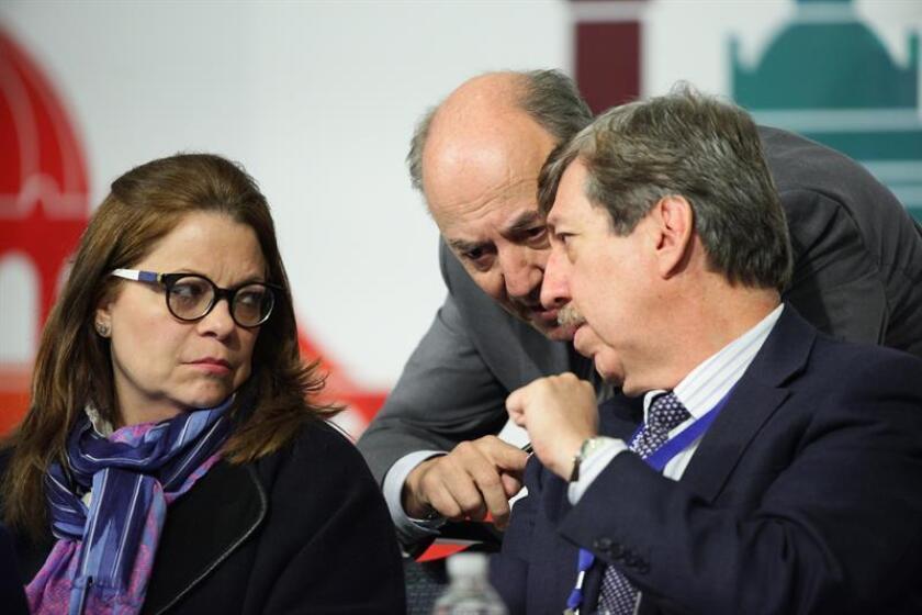 Los integrantes de la Asamblea General de la Sociedad Interamericana de Prensa (SIP), Ricardo Trotti (c), Roberto Rock (d) y Lourdes de Obaldía (i). EFE/Archivo