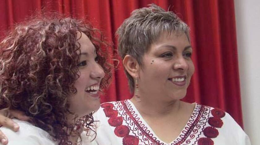 Adriana García Sánchez (derecha) e Ivonne Ríos (izquierda) se convirtieron en la primera pareja lésbica en contraer oficialmente matrimonio en la ciudad fronteriza de Juárez.