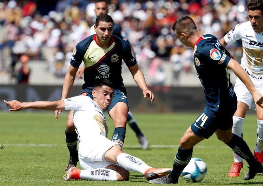 El jugador de Pumas Felipe Mora (i), pelea por el balón con Nicolas Benedetti (d) de América. EFE/Archivo