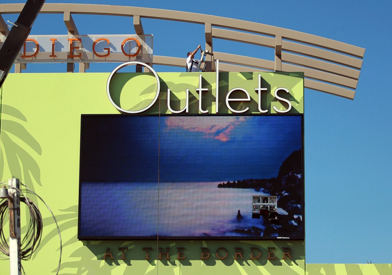 Outlets at the Border