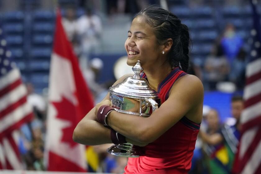 Emma Raducanu abraza el trofeo de campeona del Abierto de Estados Unidos, el sábado 11 de septiembre