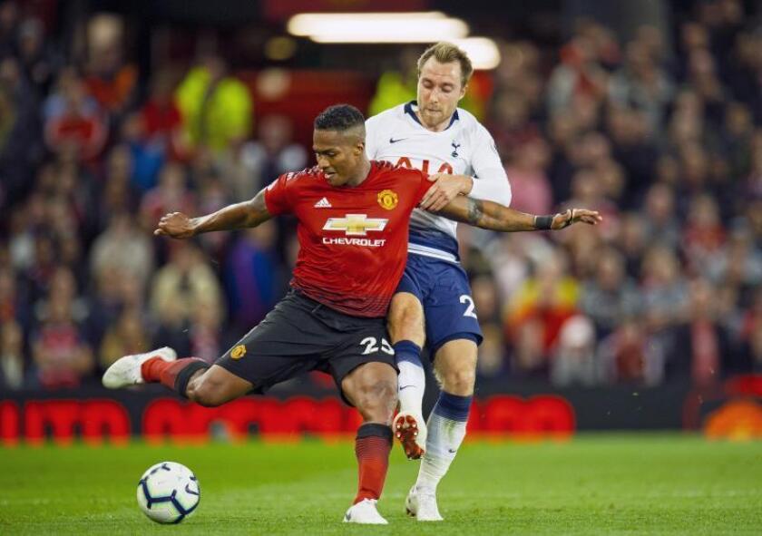 Luis Antonio Valencia (i) del Manchester United en acción con Christian Eriksen (d) del Tottenham durante un partido. EFE/Archivo