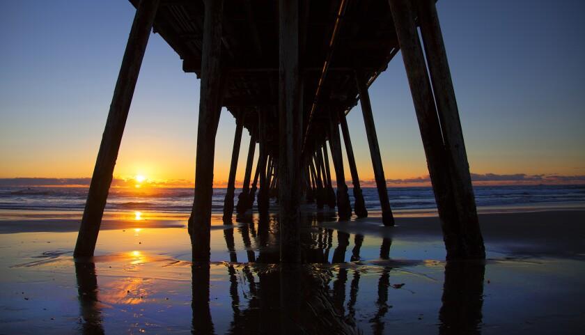 Un hermoso final del día en Imperial Beach bajo el muelle durante la puesta de sol.