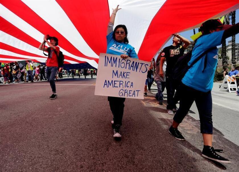 """Vista de varios manifestantes. Activistas de Wisconsin promueven para el Primero de Mayo otro """"Día sin Inmigrantes y Latinos"""", esta vez para protestar contra el alguacil del condado de Waukesha, el más conservador del estado, a quien acusan de querer legalizar la discriminación contra los inmigrantes. EFE/Archivo"""