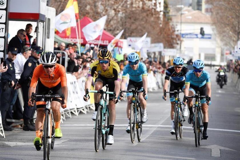 El ciclista colombiano del Team Euskadi Sergio Higuita (i) llega en segunda posición en la cuarta etapa de la Vuelta Ciclista a Andalucía, el pasado mes de febrero. EFE