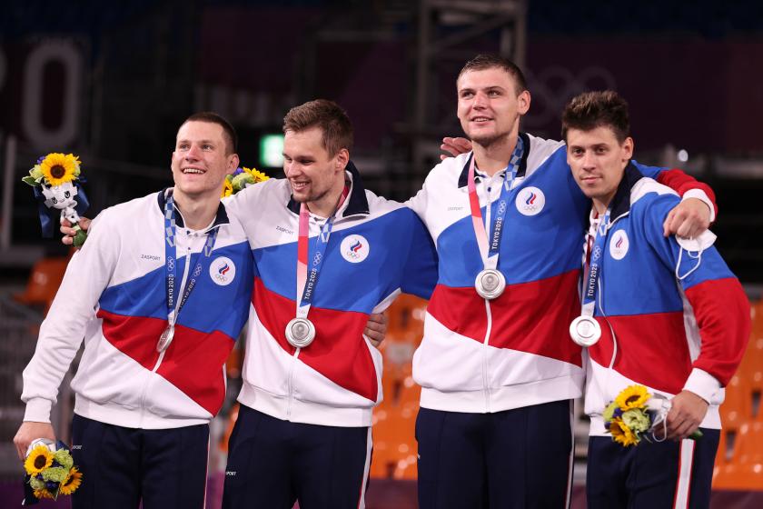 Les médaillés d'argent en basket-ball 3-contre-3 du ROC Stanislav Sharov, Alexander Zuev, Ilia Karpenkov et Kirill Pisklov célèbrent.