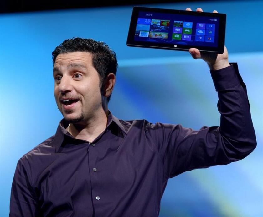 El gerente general de Surface de Microsoft, Panos Panay, sostiene una Surface durante una presentación de producto. EFE/Archivo
