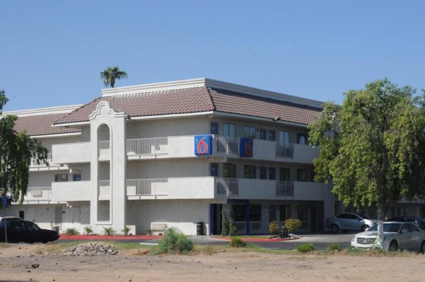 Fotografía con una vista exterior del Motel 6 en Phoenix, Arizona, que denunció a los servicios de inmigración a varios huéspedes inmigrantes. EFE/Beatriz Limón/Archivo