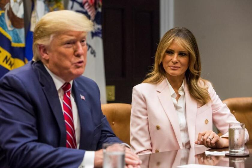 El presidente de Estados Unidos, Donald Trump (i), y la primera dama, Melania Trump (d) en la Casa Blanca, Washington (Estados Unidos). EFE/Archivo