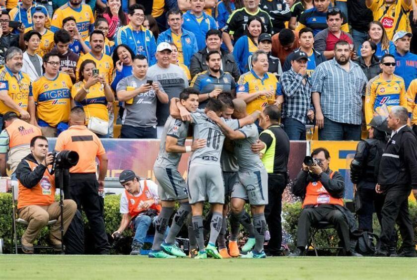Jugadores de Rayados de Monterrey festejan una anotación ante Tigres. EFE/Archivo