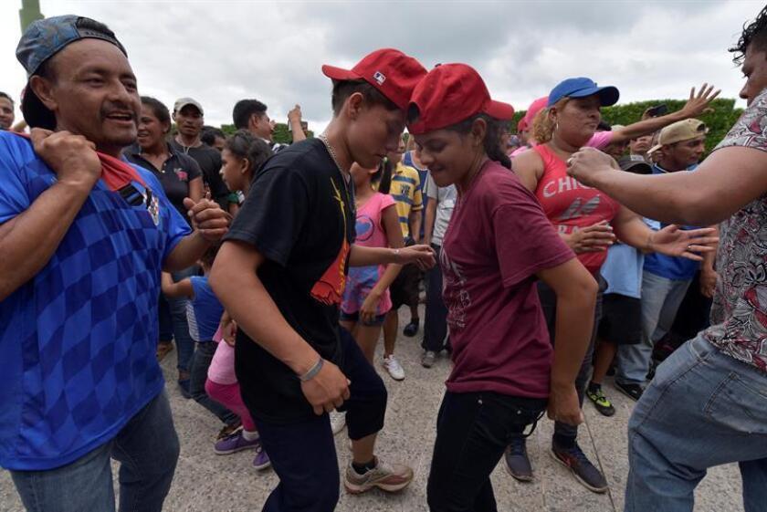 Los miles de migrantes hondureños que salieron de su país en una caravana reanudaron hoy su camino hacia Estados Unidos después de cumplir los requisitos migratorios de México, cuyo Gobierno advirtió con deportar a los que ingresaron ilegalmente a su territorio. EFE