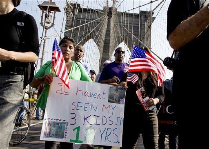 La ecuatoriana Martha Gualotuna, centro izquierda, camina por el puente de Brooklyn durante una manifestación en favor de reforma migratoria en Nueva York. La mujer es uno de los cuatro millones de inmigrantes que se habrían beneficiado de un programa que fue bloqueado el jueves 23 de junio de 2016, por una decisión de la Corte Suprema. (Foto AP / Craig Ruttle, archivo)