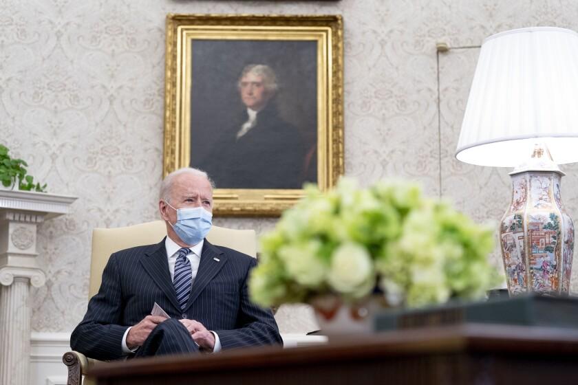 El presidente Joe Biden se reúne con legisladores para discutir su plan de empleos, en la Oficina Oval