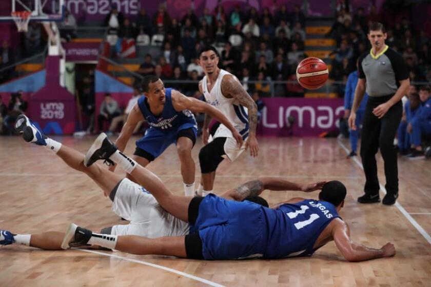 Jugadores de Puerto Rico y República Dominicana chocan este sábado en el partido de baloncesto entre República Dominicana y Puerto Rico en los Juegos Panamericanos 2019, en Lima (Perú). EFE/Paolo Aguilar