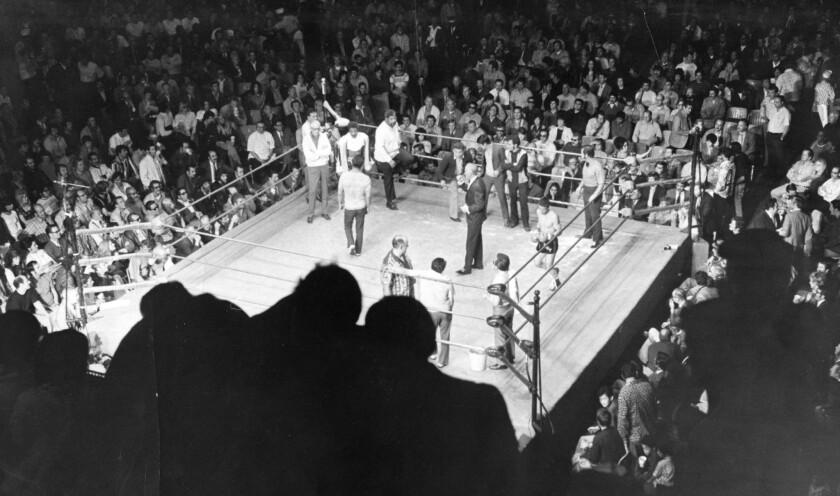 Una foto de archivo del Olympic Auditorium en 1974.