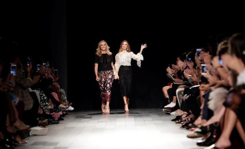 La Semana de la Moda de Nueva York comenzó hoy su sexta edición dedicada a la moda masculina con propuestas urbanas y clásicas pero también transgresoras, alejadas de las normas o con implicaciones políticas para vestir al hombre moderno en la próxima temporada otoño-invierno. EFE/Archivo